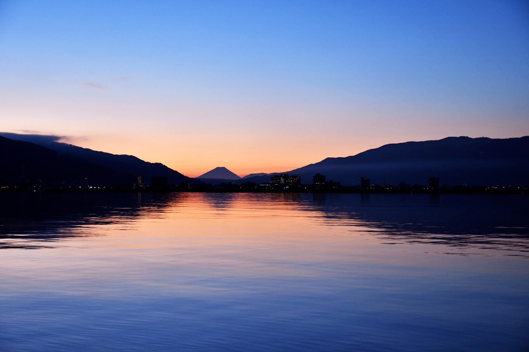 富士山を望む諏訪湖の朝焼け